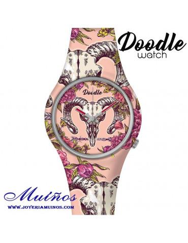 Reloj tatuaje calaveras, corazones, rosas y anclas